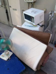 江東区で電子レンジ、布団の回収を承りました。